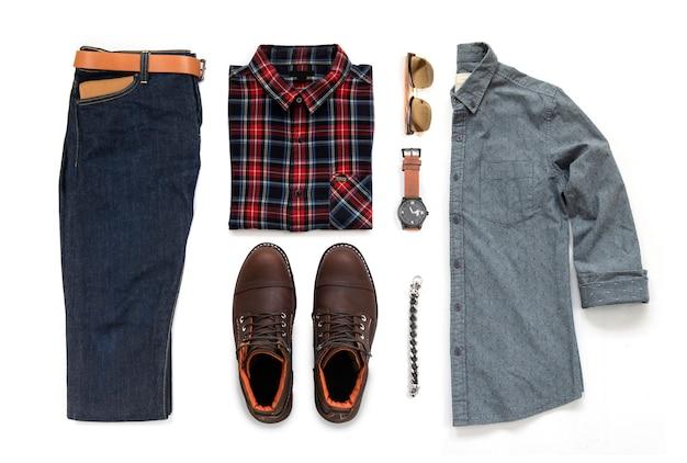 茶色のブーツ、時計、ブルージーンズ、ベルト、財布、サングラス、オフィスシャツ、白い背景、トップビューで分離されたブレスレット入りメンズカジュアル服