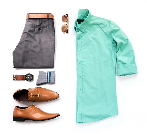 Мужские повседневные наряды для мужской одежды с голубой рубашкой, часы, солнцезащитные очки, брюки, носки и офисные туфли, изолированные на белом фоне, вид сверху.