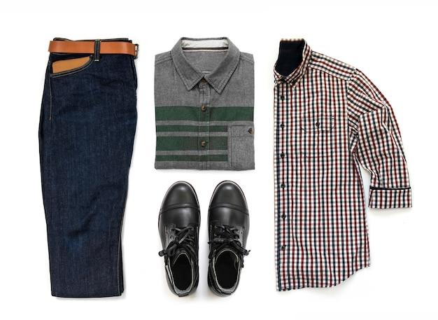 黒のブーツ、ブルージーンズ、ベルト、財布、オフィスシャツホワイトバックグラウンド、トップビューで分離された男性服セットの男性のカジュアルな服装