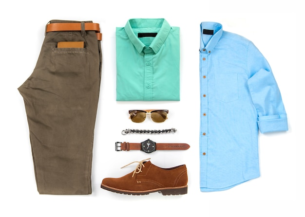 Комплект мужской одежды с коричневыми туфлями, часы, ремень, браслет, солнцезащитные очки, брюки, офисная рубашка и кошелек, изолированные на белом фоне, вид сверху