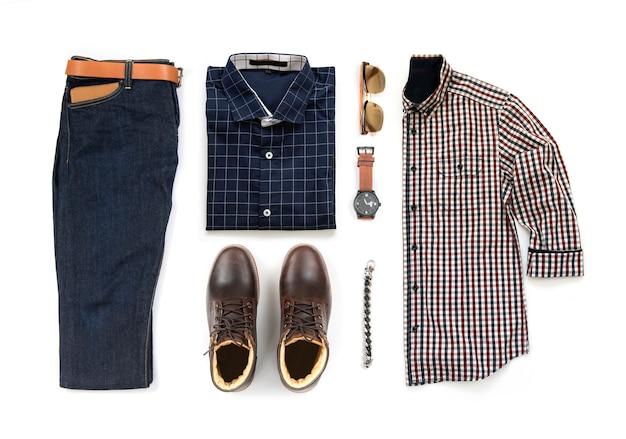 茶色のブーツ、時計、ブルージーンズ、ベルト、財布、サングラス、オフィスシャツ、白い背景、トップビューで分離されたブレスレット入り紳士服