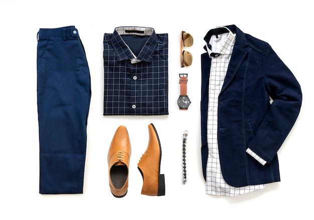 Комплект мужской одежды с оксфордскими туфлями, часами, синими брюками, солнцезащитными очками, офисной рубашкой и курткой на белом фоне, вид сверху