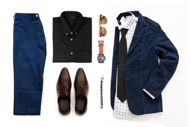 茶色の靴、時計、ズボン、サングラス、オフィスシャツ、青いジャケット、ブレスレット、白い背景に、トップビューで分離されたブレスレット入りメンズカジュアルな服装