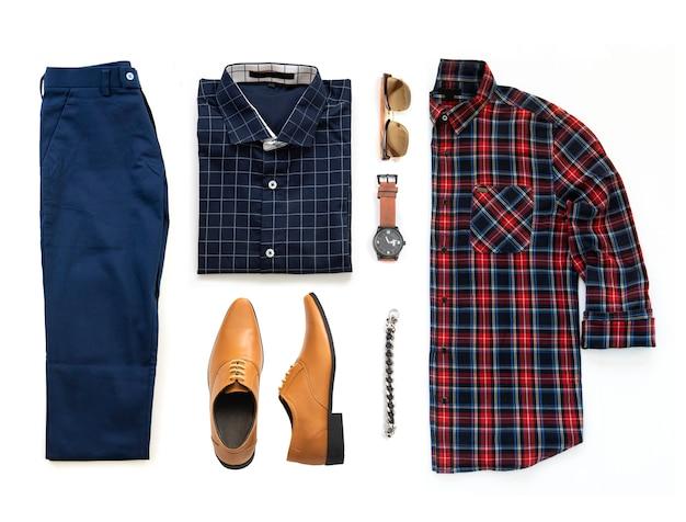Комплект мужской одежды с оксфордскими туфлями, часами, синими брюками, солнцезащитными очками, офисной рубашкой и браслетом, изолированных на белом фоне, вид сверху