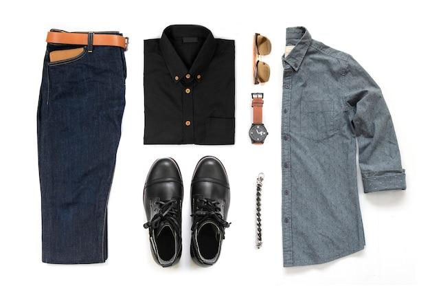黒のブーツ、時計、ブルージーンズ、ベルト、財布、サングラス、オフィスシャツ、白い背景、トップビューで分離されたブレスレットと男性服セットの男性のカジュアルな服装