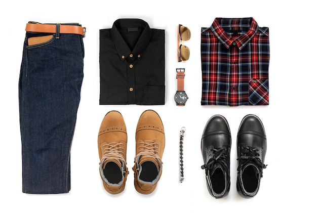 作業ブーツ、時計、ジーンズ、ベルト、財布、サングラス、オフィスシャツ、白い背景に、トップビューで分離されたブレスレット入りメンズカジュアルな服装