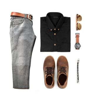 Комплект мужской одежды с черными туфлями, часами, джинсами, солнцезащитными очками, офисной рубашкой и браслетом, изолированных на белом фоне, вид сверху