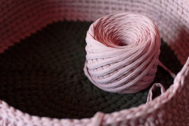 Шар из розовой вязаной пряжи. вязание розовой пряжи