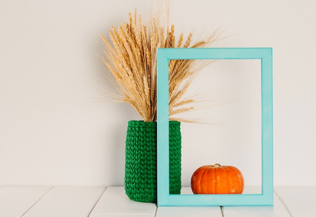 Букет из сухой пшеницы и ржи в зеленой вязаной вазе