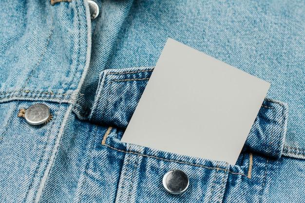 Бумажная карточка в кармане джинсов на джинсовой одежде