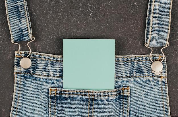ジーンズの服にジーンズのポケットに紙のカード