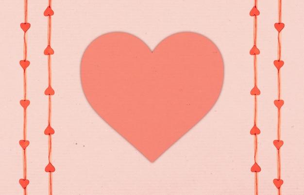 心とストライプの紙テクスチャコピースペースとピンクの背景。