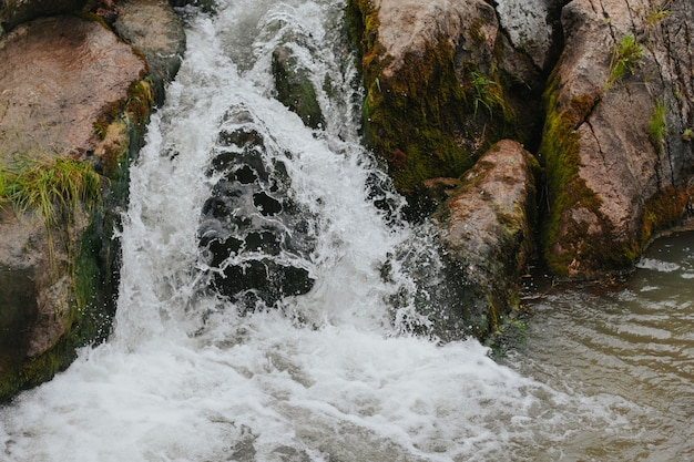 高地の小さな滝