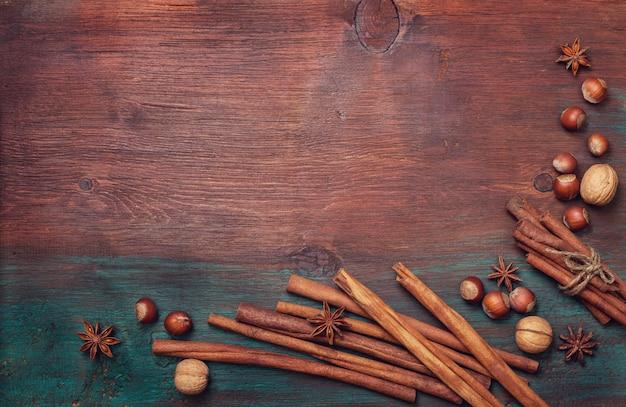 冬のスパイスとクリスマスの食事を調理するための材料。