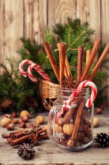 冬のスパイスと料理の材料