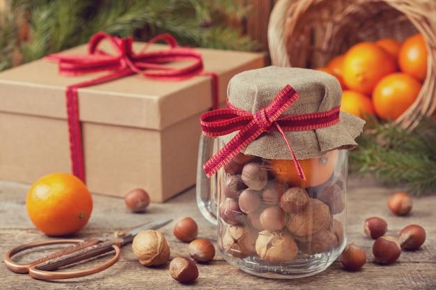 Рождественский подарок с орехами и мандаринами