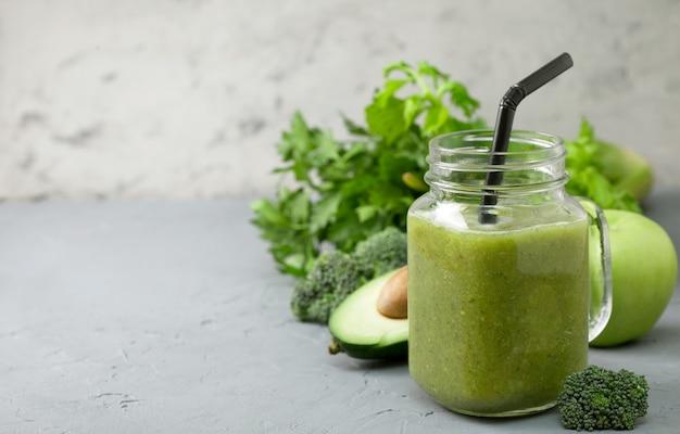 ガラスの瓶に緑のスムージー