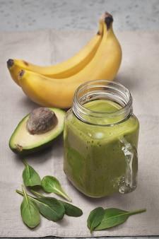 ガラスの瓶にアボカドとバナナのスムージー