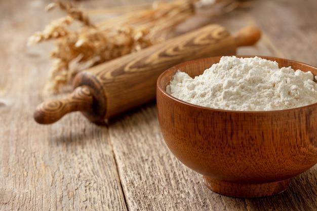 木製のボウルに小麦粉