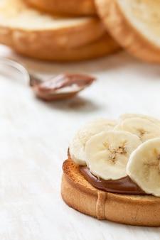 Тост с бананом и шоколадным кремом