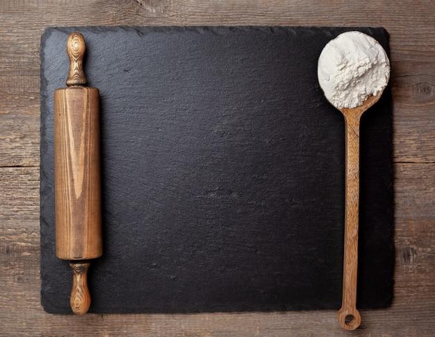 小麦粉と麺棒