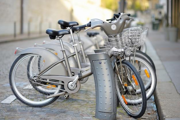 Ряд городских велосипедов в аренду в париже, франция