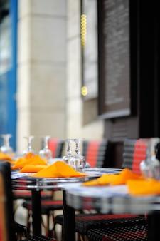Стильное уличное кафе в париже, франция