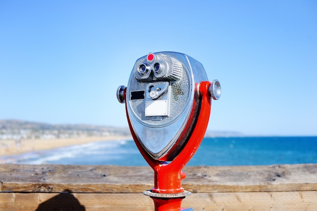 ロサンゼルス、カリフォルニア州、アメリカ合衆国の太平洋を見ている双眼鏡