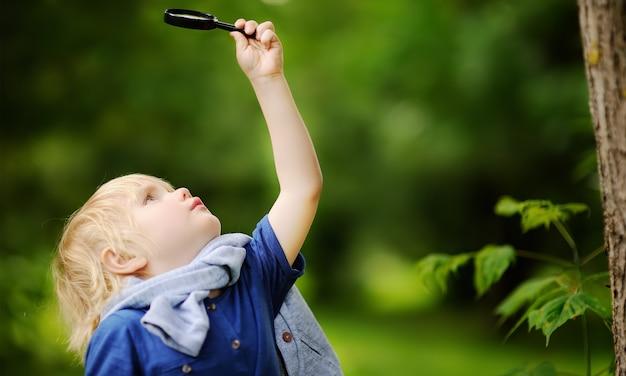 虫眼鏡で自然を探索する魅力的な子供