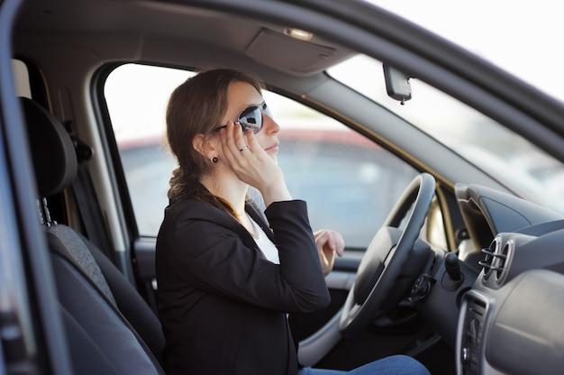 車の中で座っている若い女性