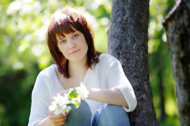 春の公園で若い女性の肖像画