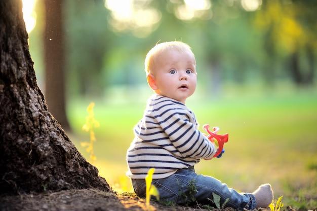Маленький мальчик в солнечном парке