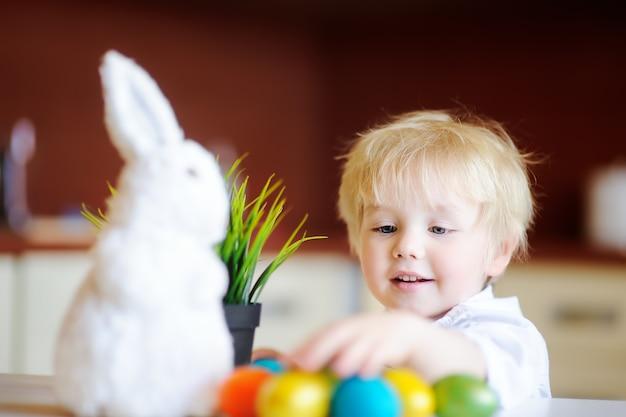 Милый малыш ребенок охоты на пасхальное яйцо в день пасхи
