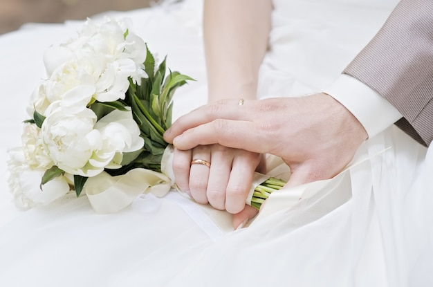 結婚指輪と新郎新婦の手