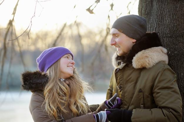公園で幸せな若いカップル