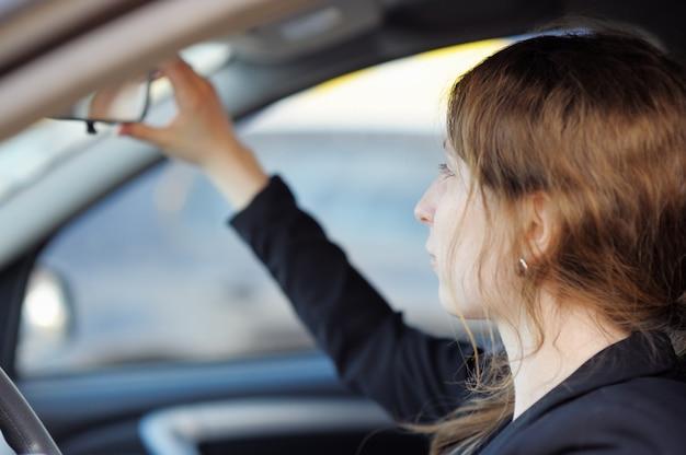 車の中で若い女性の肖像画