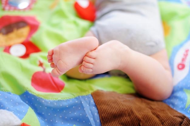 小さな赤ちゃんの足