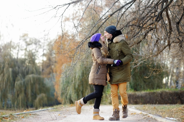 美しいカップルが公園でキス