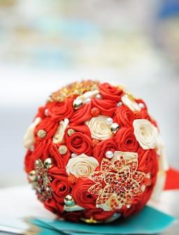 Красивый красный свадебный букет