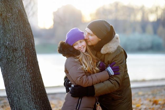 公園で幸せな若い美しいカップル