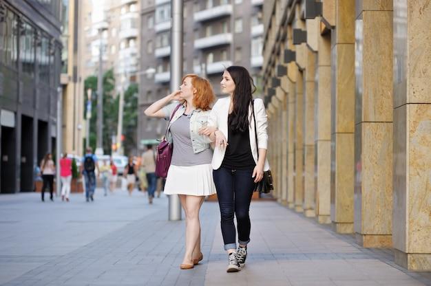 Две подруги гуляют вместе в городе