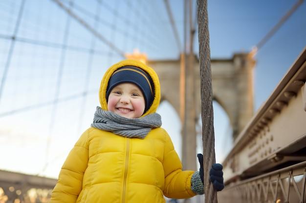 ブルックリン橋の上のかわいい男の子