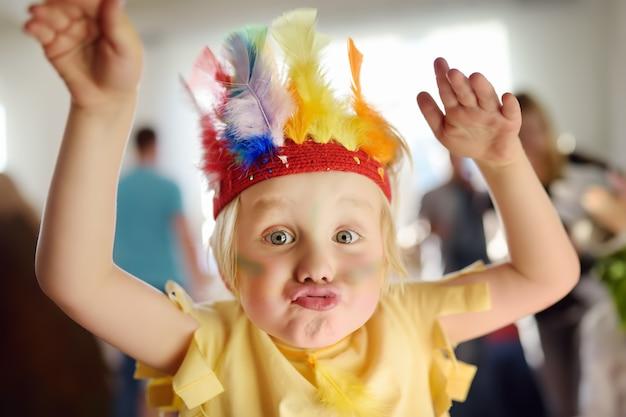 Маленький мальчик участвует в спектакле детской театральной студии в роли индейца.