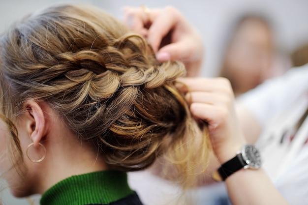若い女性/花嫁の結婚式やパーティーの前に髪を乾かす