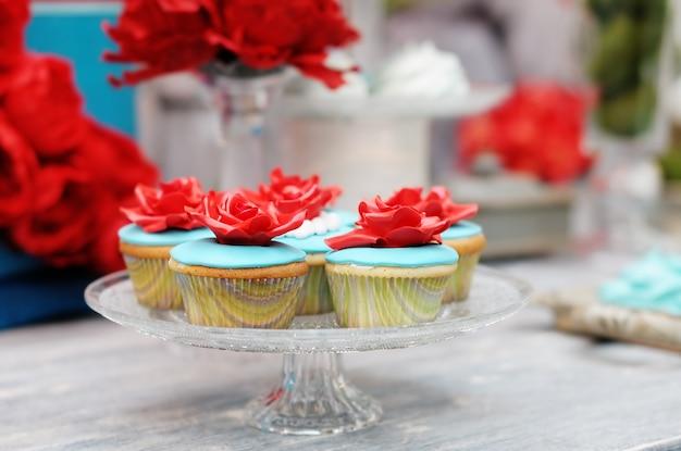 美味しい赤と青のウェディングカップケーキ
