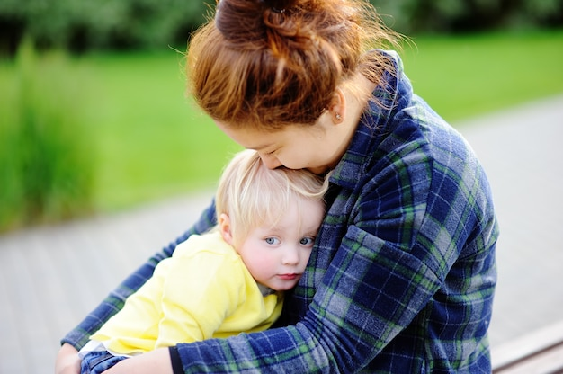 Молодая азиатская женщина с милым кавказским мальчиком малыша.