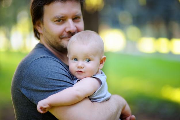彼の幼い息子を持つ中年父の肖像