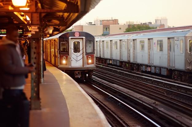 Поезд метро нью-йорка прибывает на станцию.
