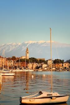 ガルダ湖、イタリアの夕日の素晴らしい。ヨットと港