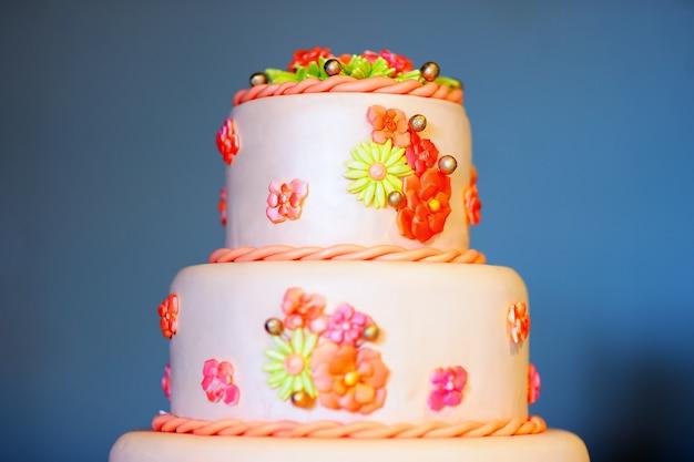 砂糖の花で飾られたおいしいウェディングケーキ